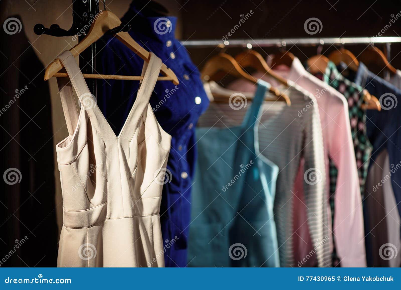 Stilvolle Kleider Auf Stand In Der Garderobe Stockbild - Bild von