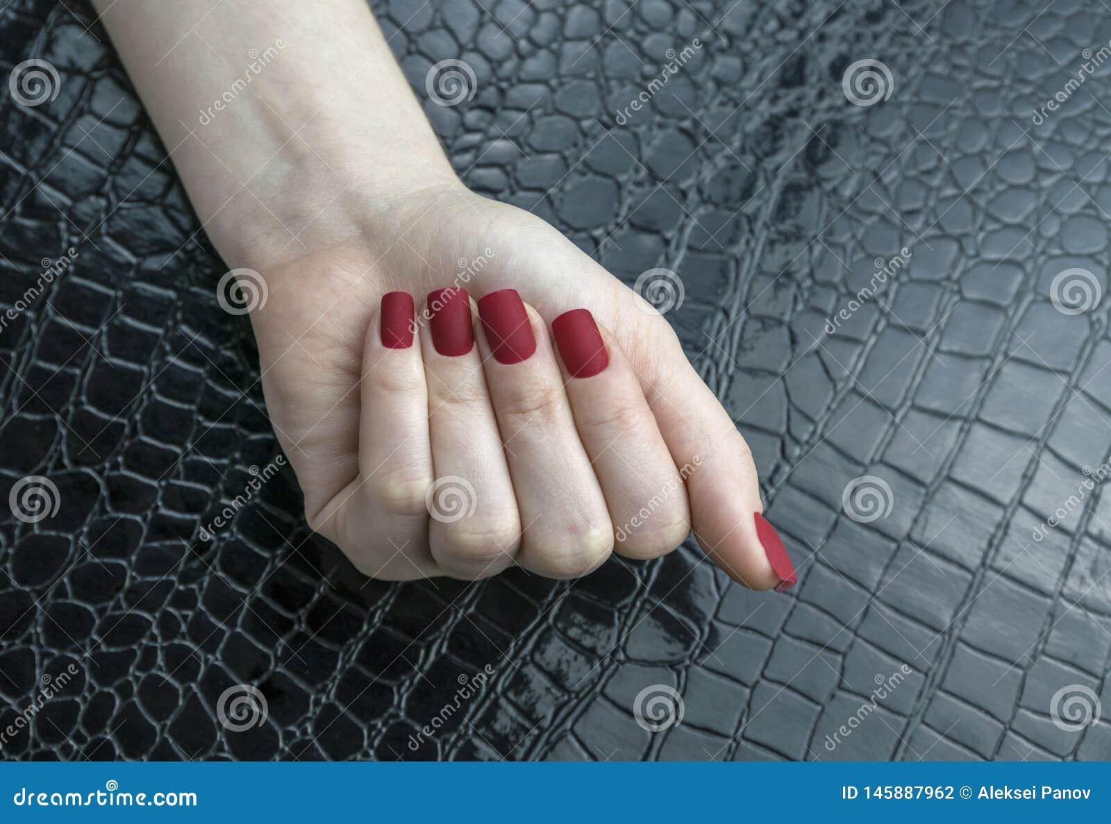 Stilvolle moderne weibliche rote Mattmanik?re, quadratische Form