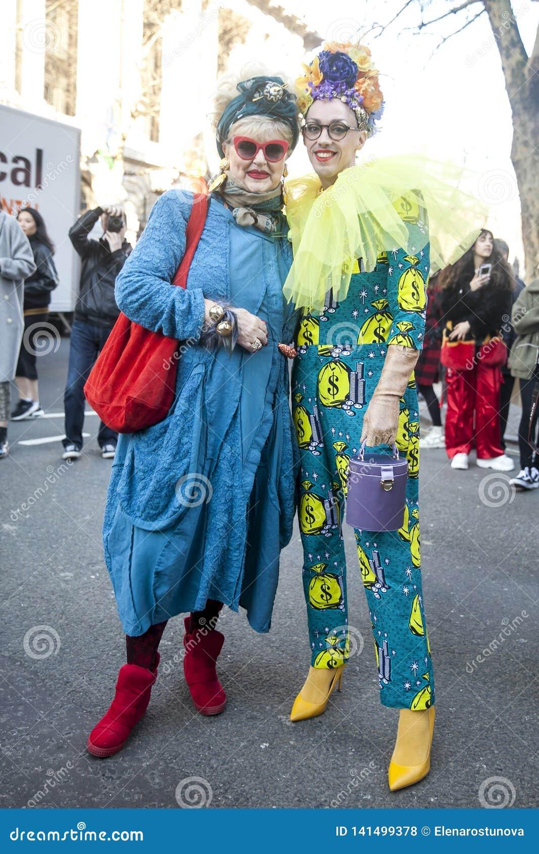 Stilvolle Teilnehmer, die außerhalb 180 den Strang für London Fashion Week erfassen
