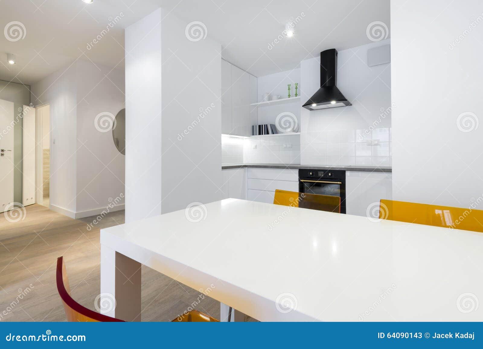 Stilvolle Weiße Küche In Der Kleinen Wohnung Stockbild - Bild von ...