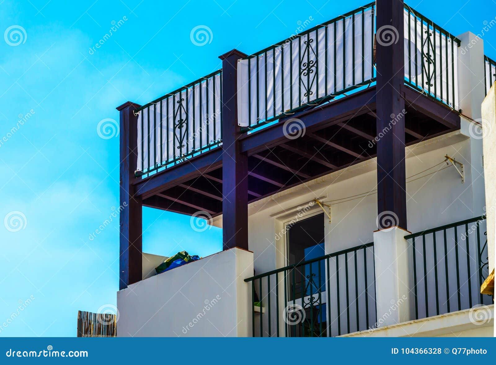 Stilvoller Balkon Mit Einem Metall-Geländer, Feste Architektur ...