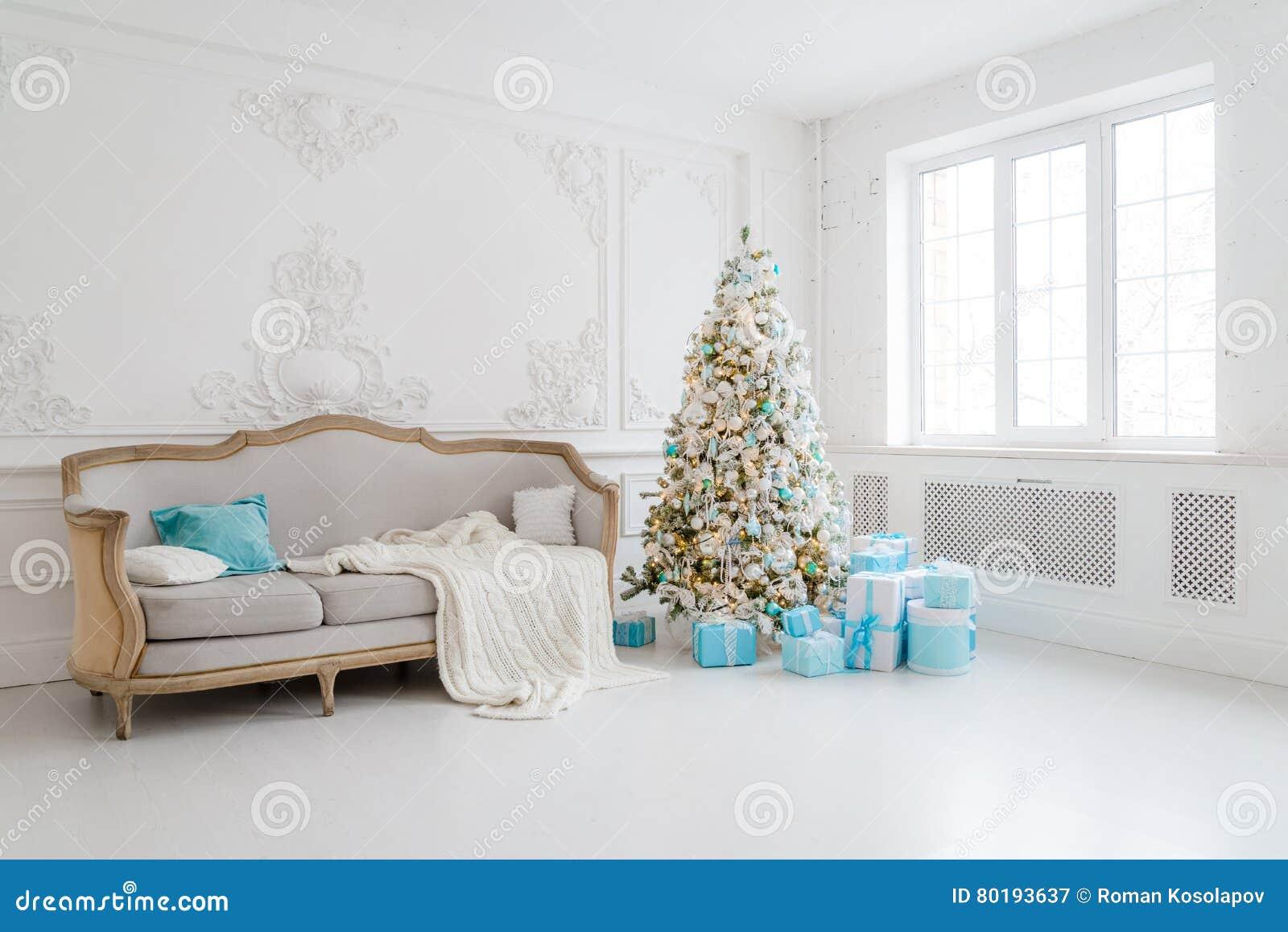 Stilvoller Weihnachtsinnenraum Mit Einem Eleganten Sofa Komforthaus ...