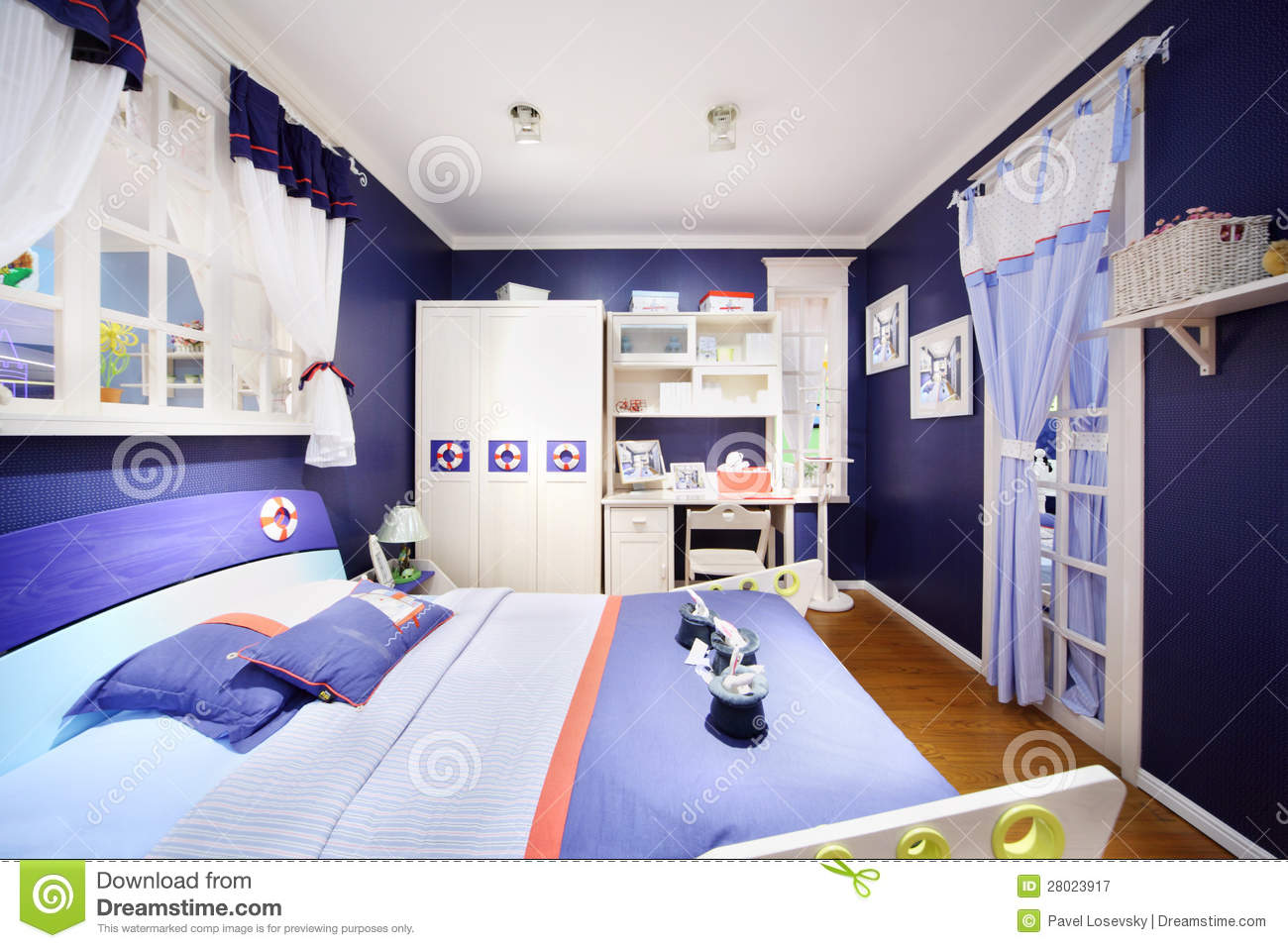 stilvolles blaues schlafzimmer f r jungen lizenzfreie. Black Bedroom Furniture Sets. Home Design Ideas