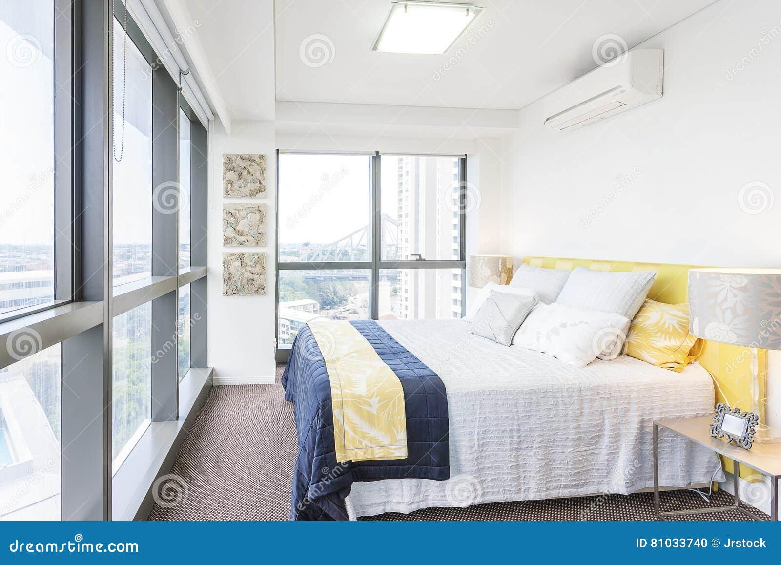 Stilvolles Schlafzimmer Mit Abstrakten Designen Und Sonnenlicht ...