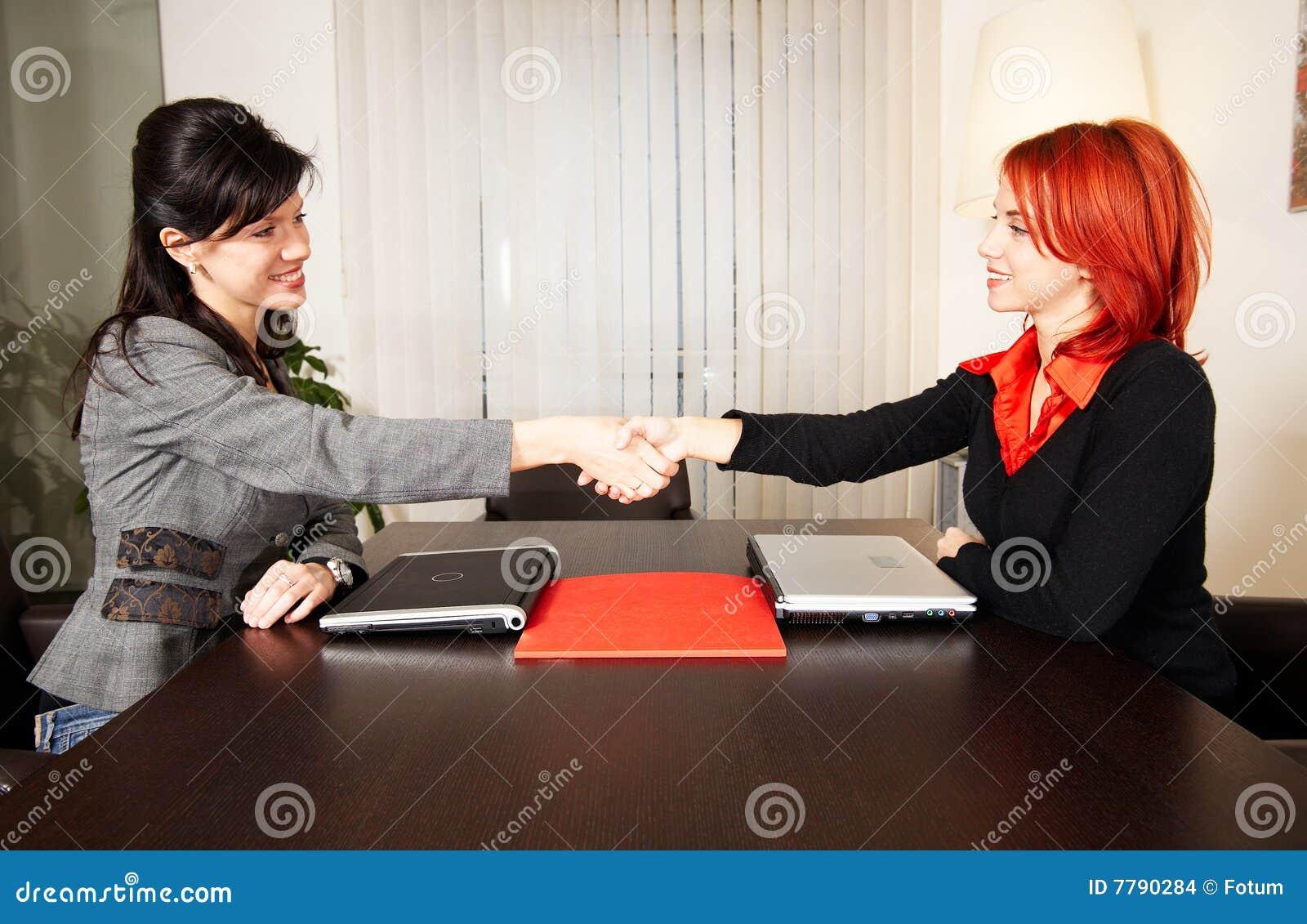 Frau stimmt treffen zu