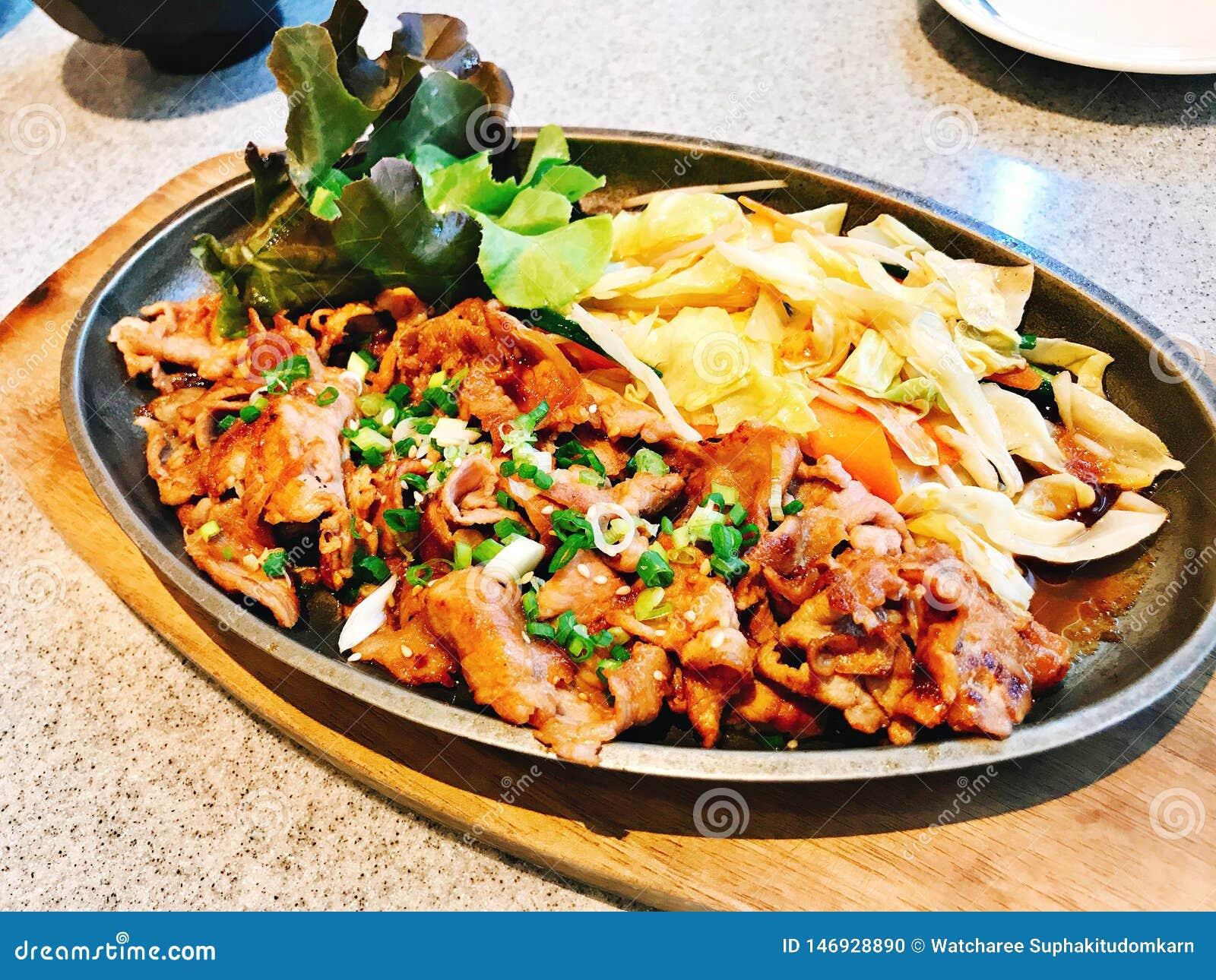 Stir fried cortó el cerdo con la salsa de soja en estilo japonés