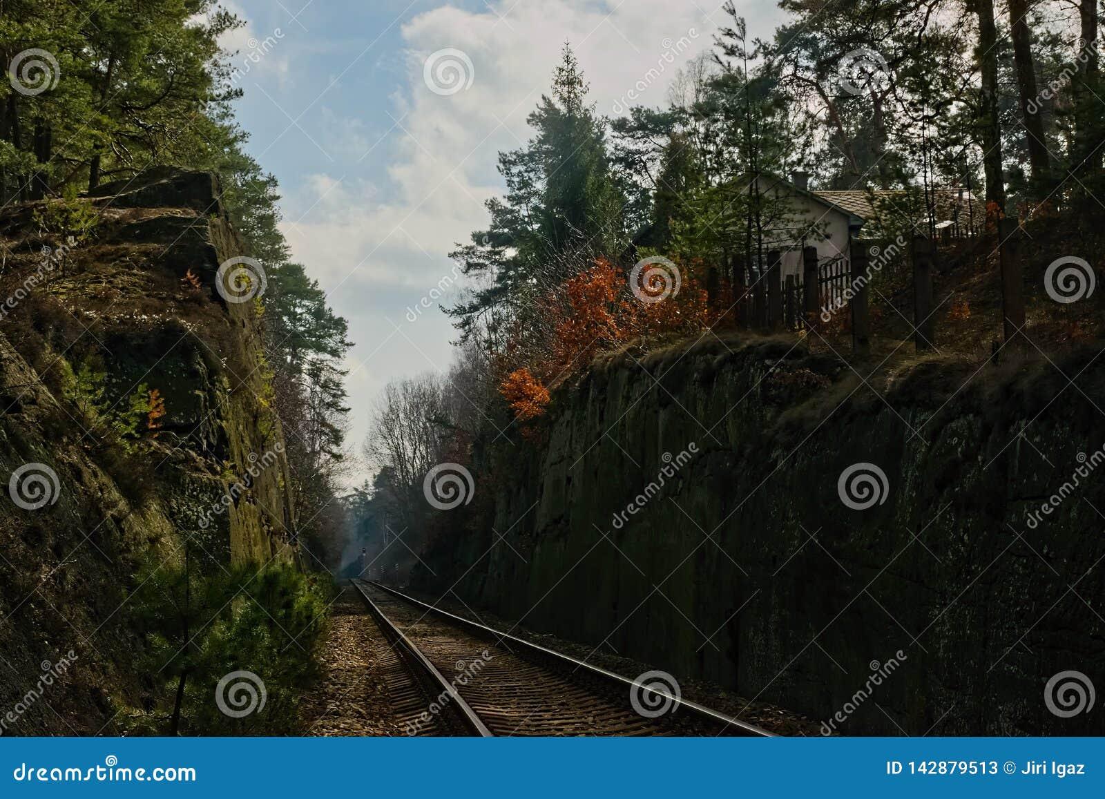 Stirrande Splavy, Tjeckien - mars 06, 2019: järnvägen mellan vaggar i by av den Machuv krajregionen