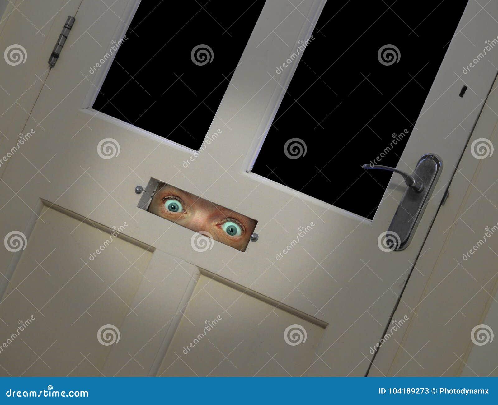Stirriga ögon som plirar till och med dörrbokstavsasken