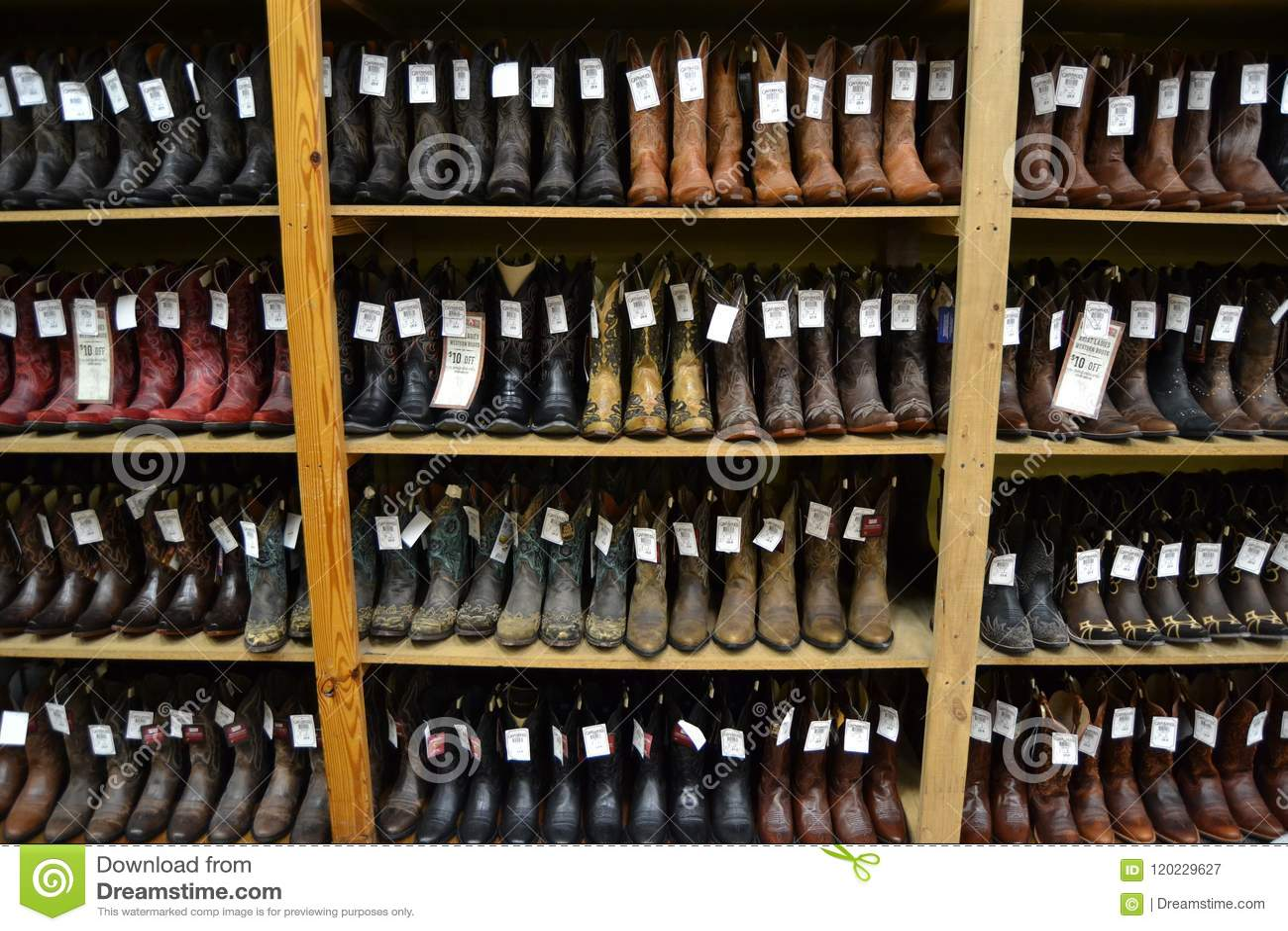 Stivali di cowboy in un negozio texano del cowboy