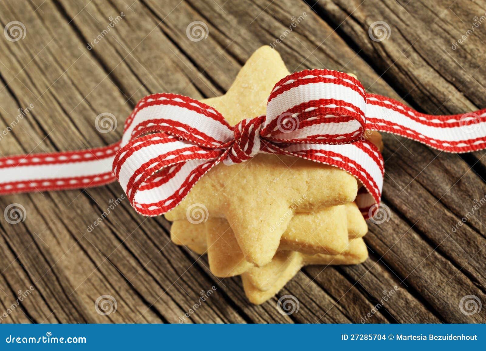 Stjärna formade kakor med det röda bandet
