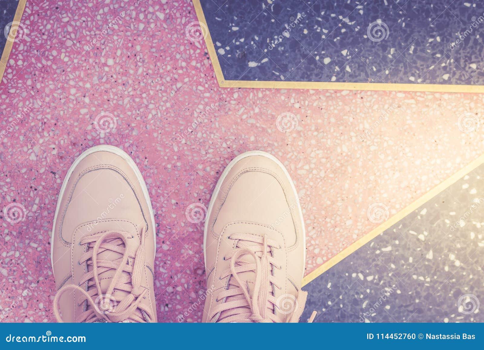 Stjärna- och rosa färggymnastikskor på den Hollywood boulevarden i Los Angeles