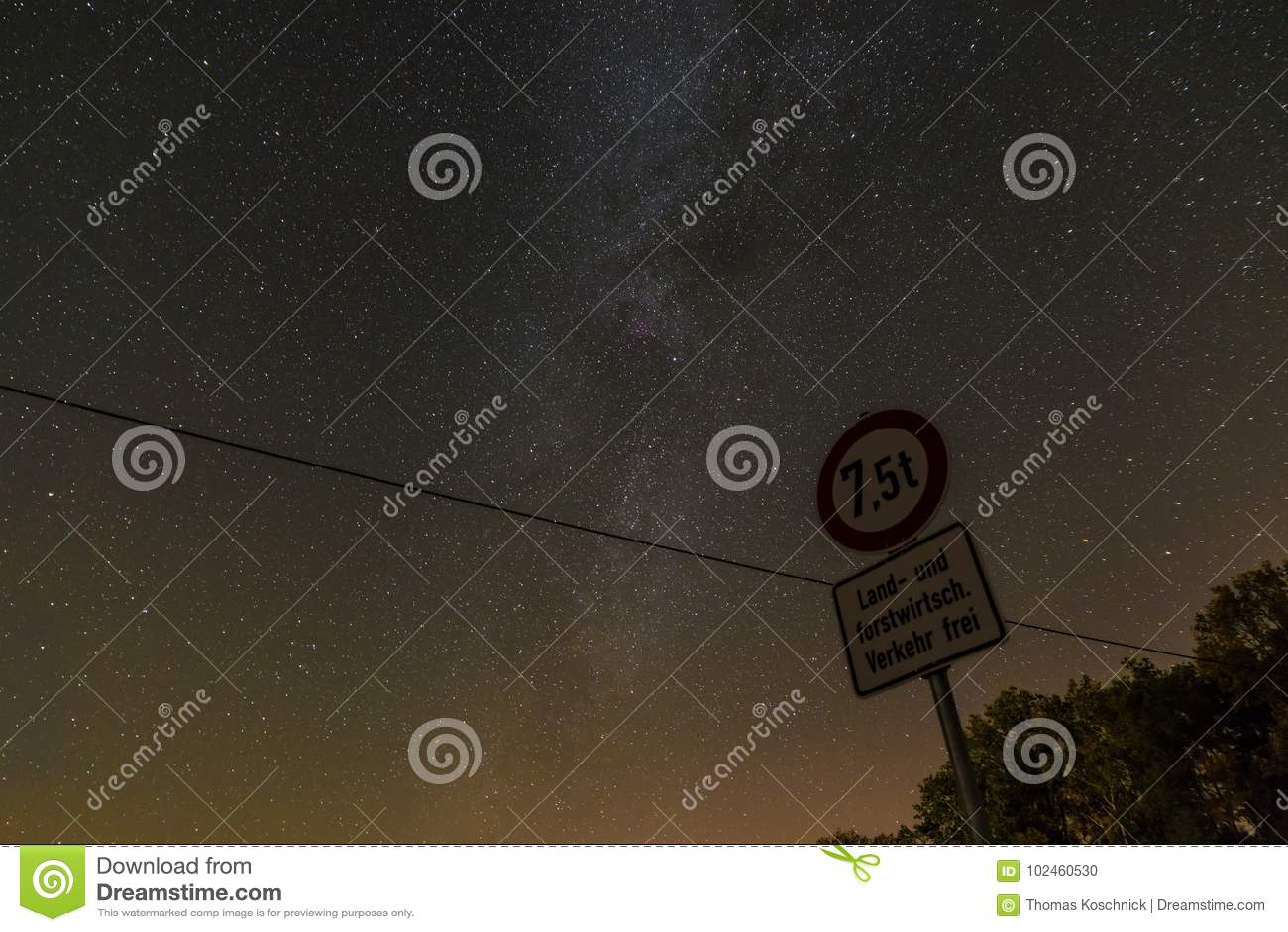 """Stjärnklar himmel med den mjölkaktiga vägen med tysk †för gatatecken """"som är fri för jordbruks- och skogsbruktrafik, Bayern, Ty"""