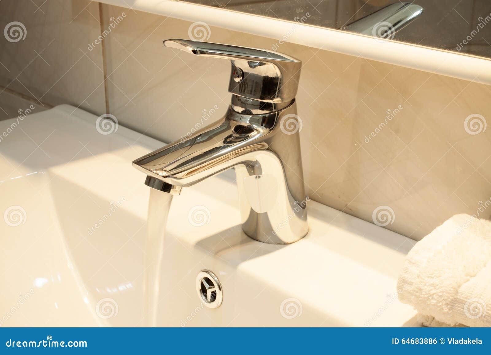 Stäng sig upp av en tvättställ i ett modernt badrum arkivfoto ...