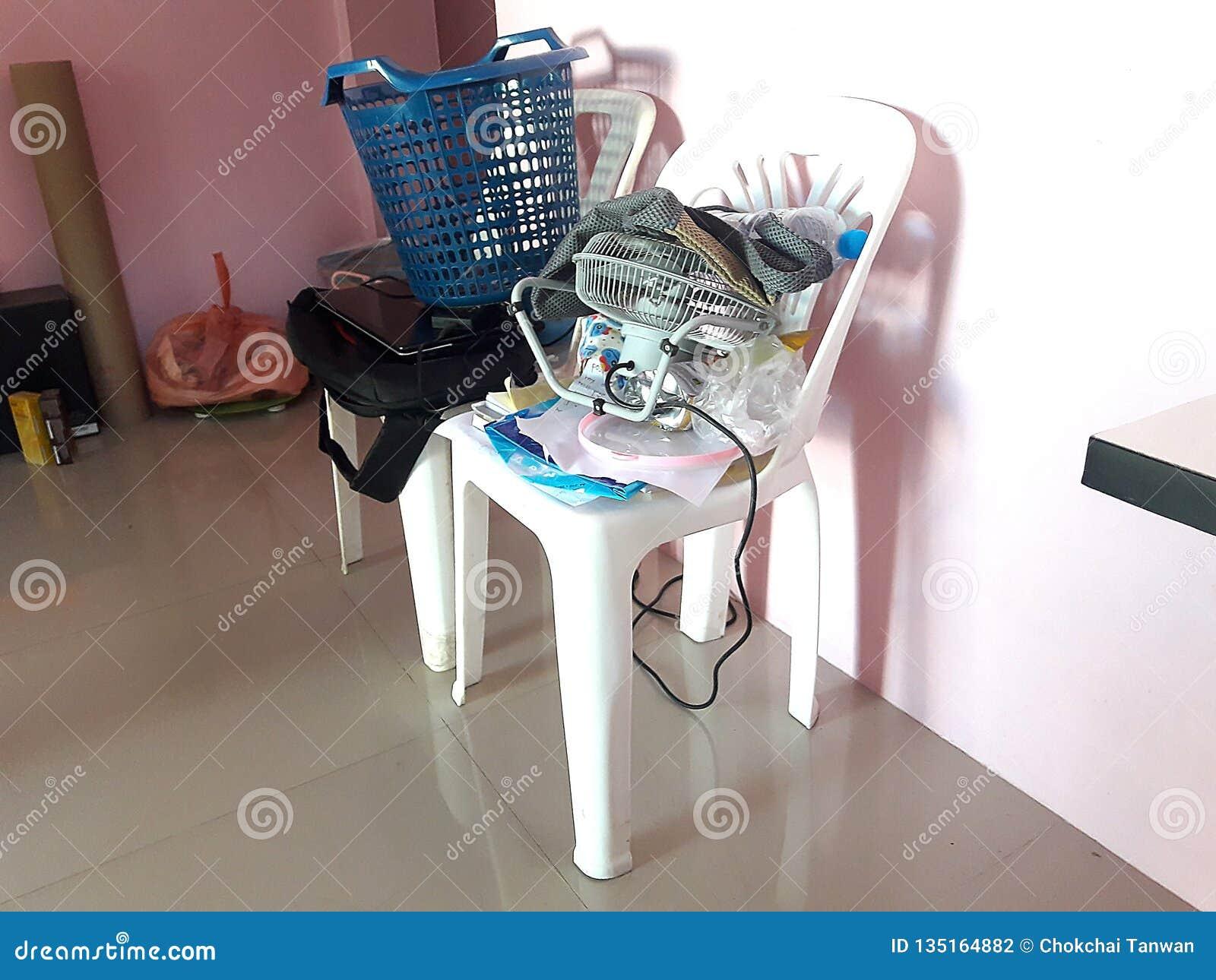 Stołowi krzesła które są upaćkani i cluttered