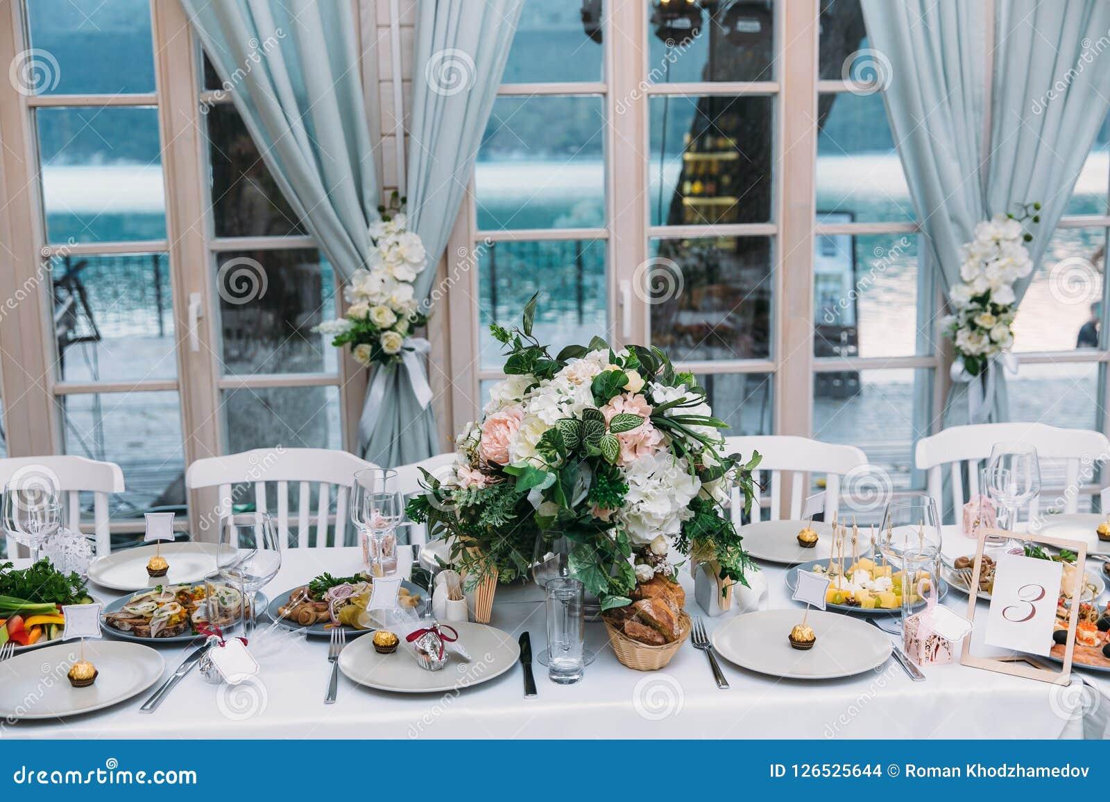 Stołowy położenie przy weselem, stół z kwiatami i jedzenie w restauraci, Pojęcie ślub lub przyjęcie