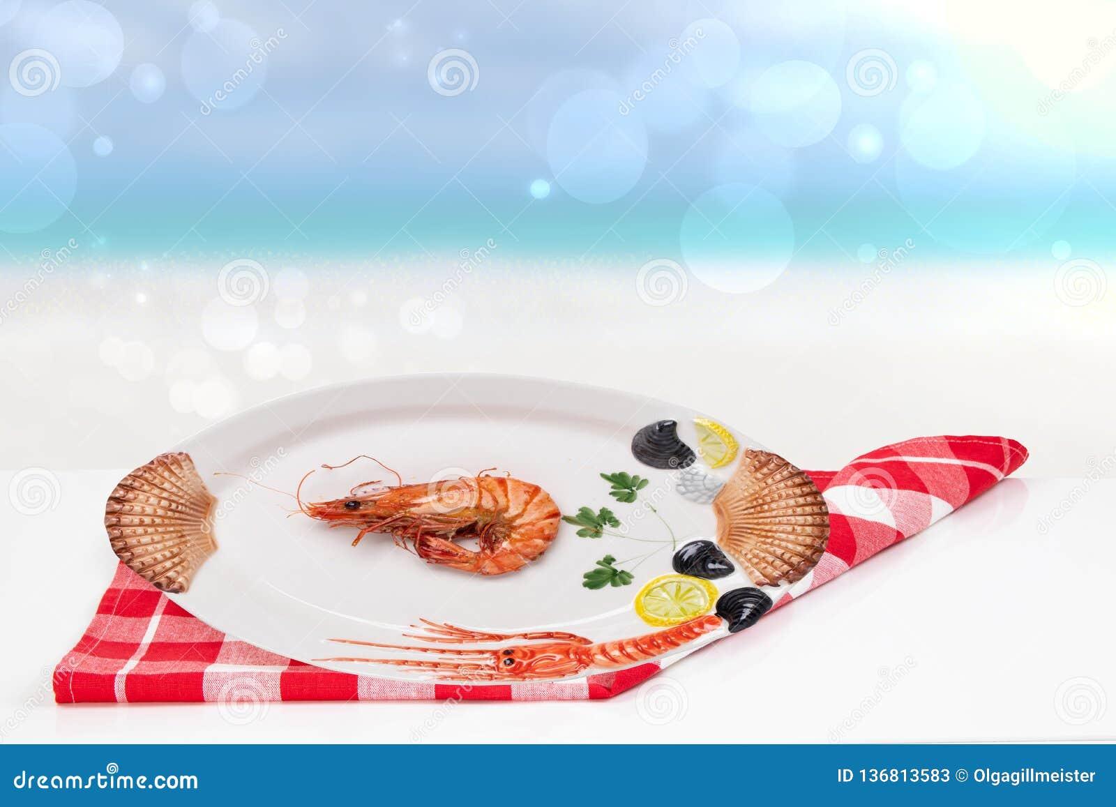 Stołowy wierzchołek na owoce morza tle Świeży piec na grillu duży krewetka tygrys, garnele na białym stole przed abstraktem lub z