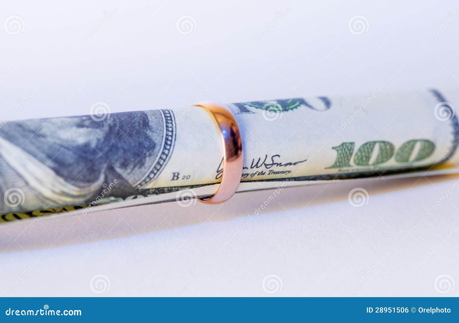 Sto dolarów w złotej obrączce ślubnej