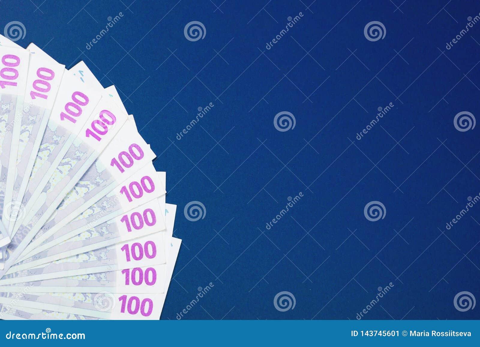 Sto euro notatek na błękitnym tle
