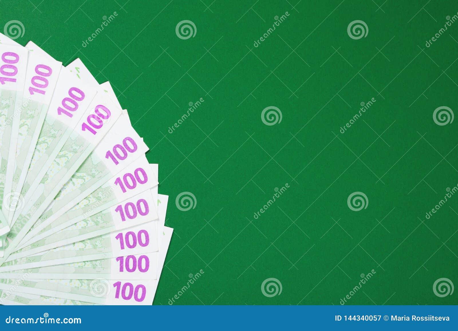Sto euro notatek na zielonym tle