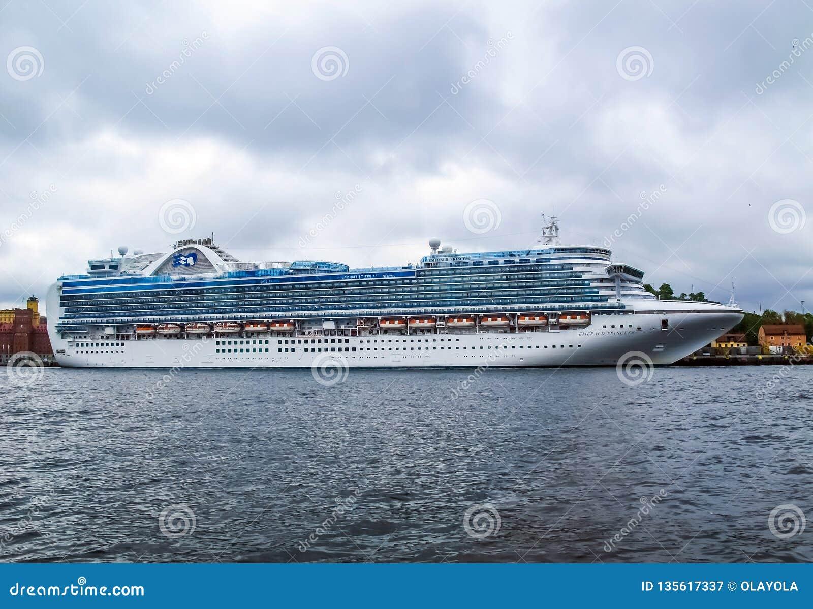 Stoccolma/Svezia - 15 maggio 2011: Nave da crociera Emerald Princess al pilastro di Stoccolma