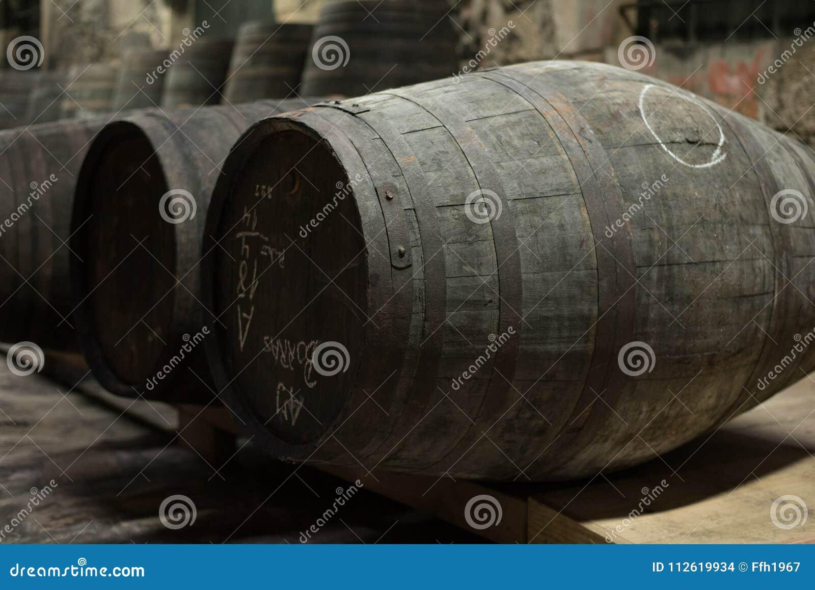 Stockage de barils de vin de vieux port en vallée de Douro