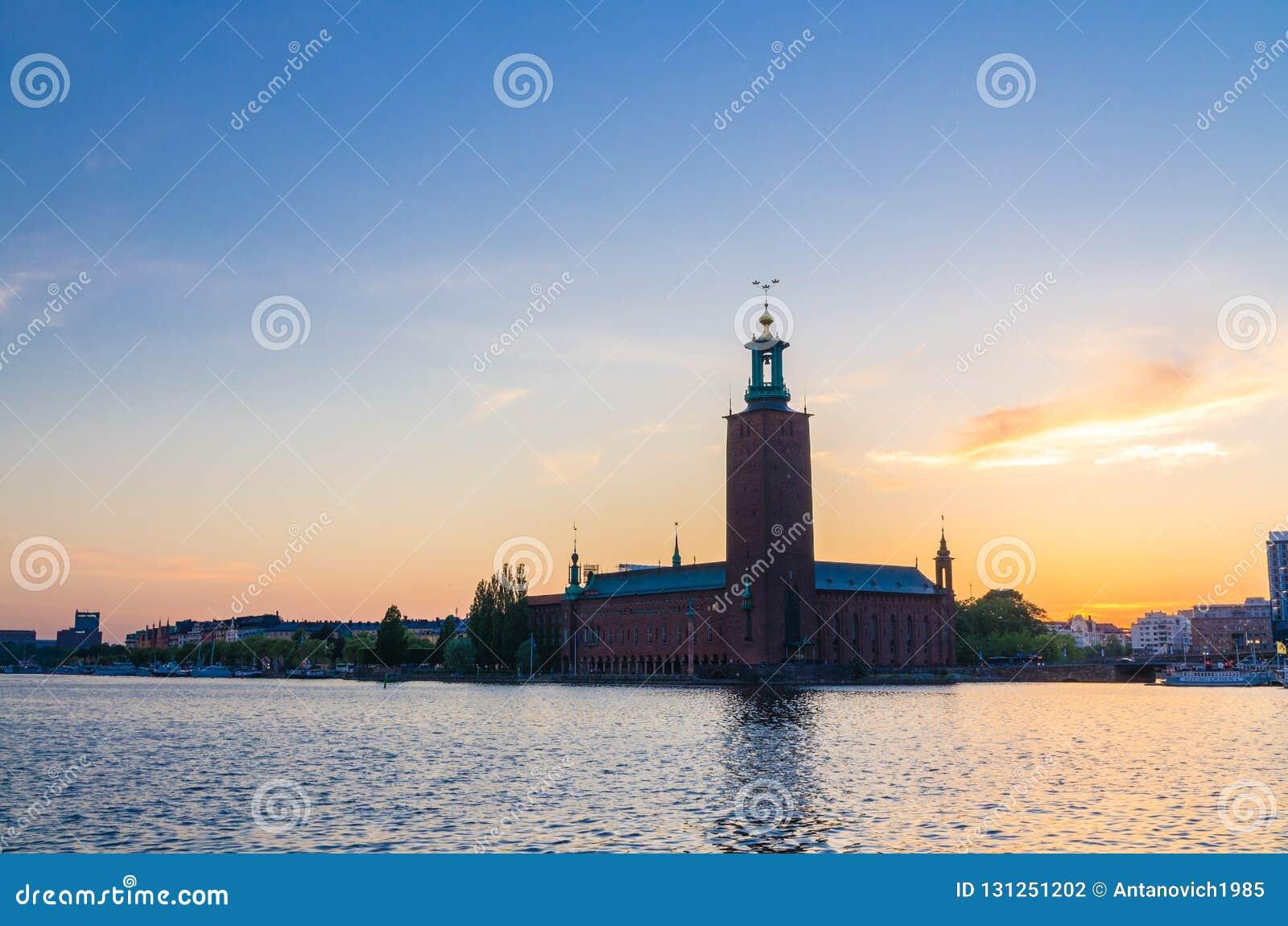 Stockholm-Stadt-Hall Stadshuset-Turm bei Sonnenuntergang, Dämmerung, Schweden