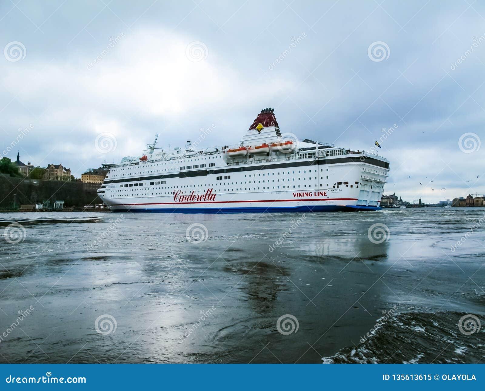 Stockholm/Sverige - Maj 15 2011: Viking Line kryssningskepp Cinderella med flaggan av Sverige som vänder och lämnar port av Stock