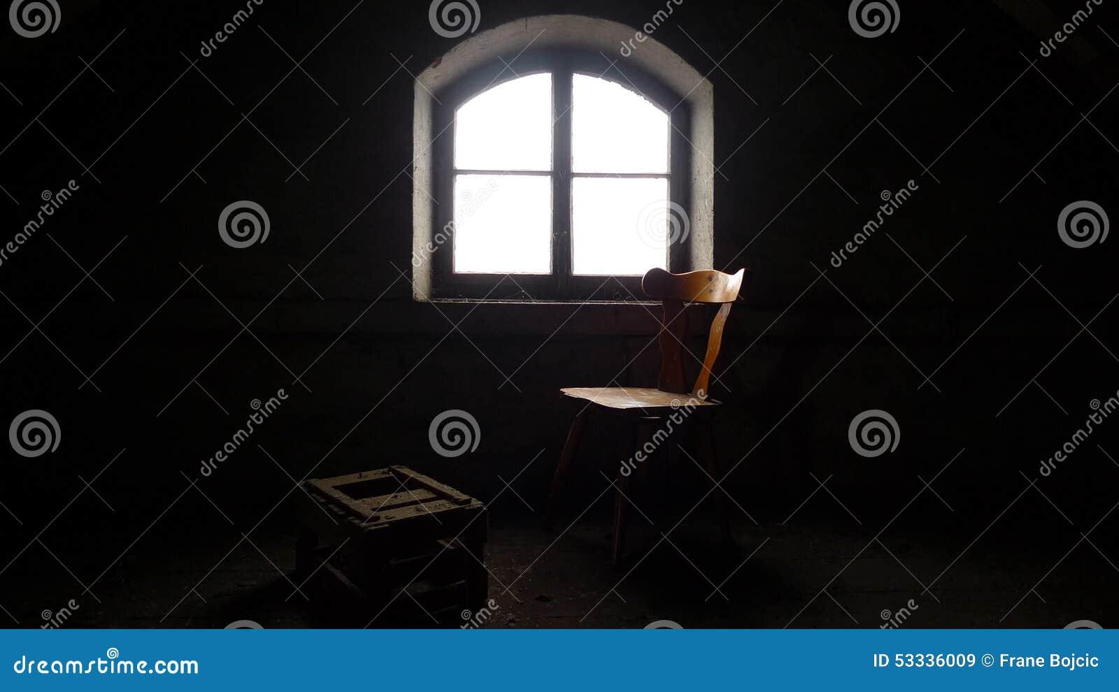 Stoel, doos en venster