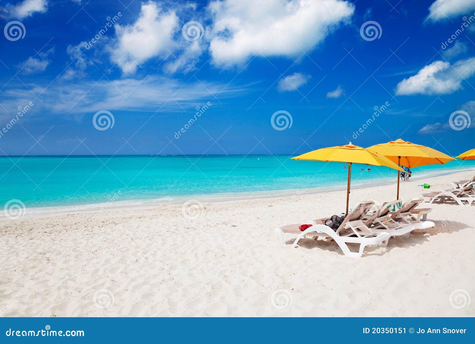 Stoelen & gele paraplu s op het Strand van de Baai van de Gunst