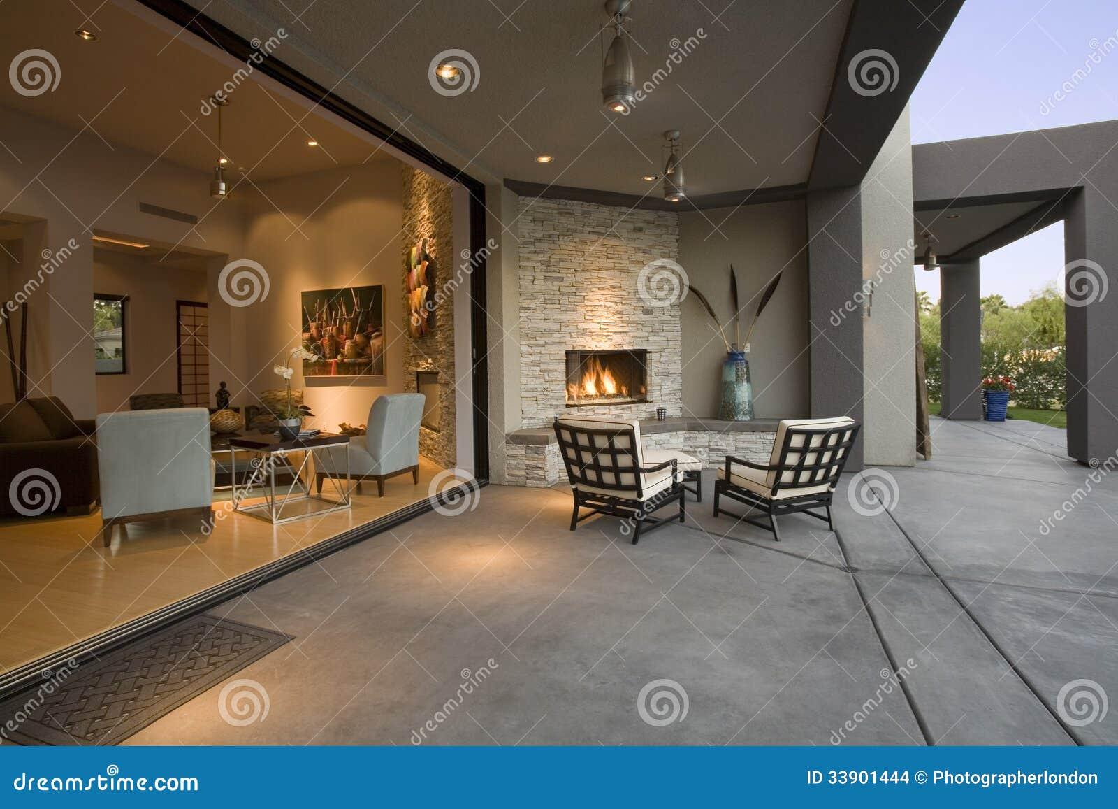 Stoelen door open haard in terras stock afbeeldingen beeld 33901444 for Terras modern huis