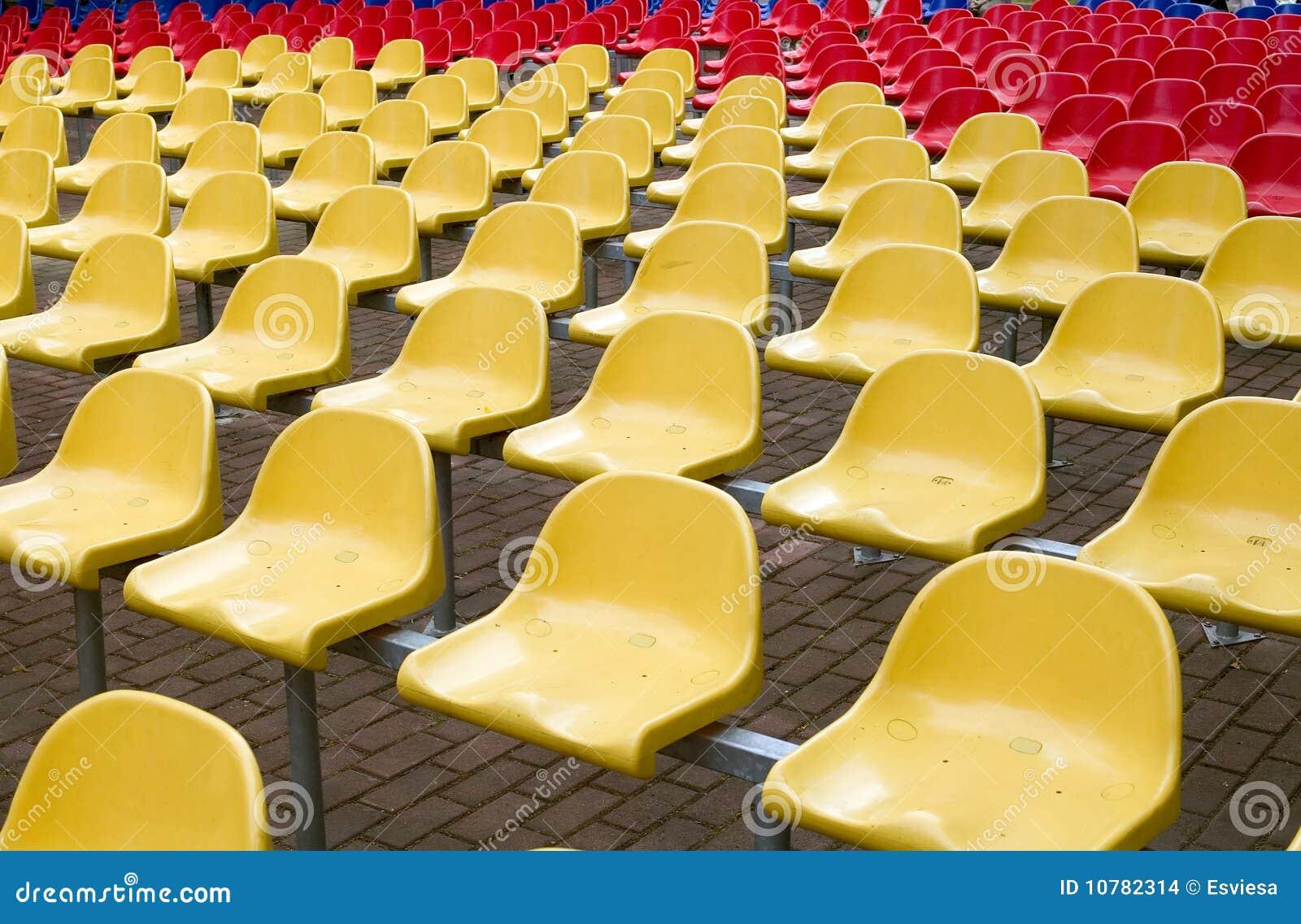 Stoelen in rode en gele kleuren
