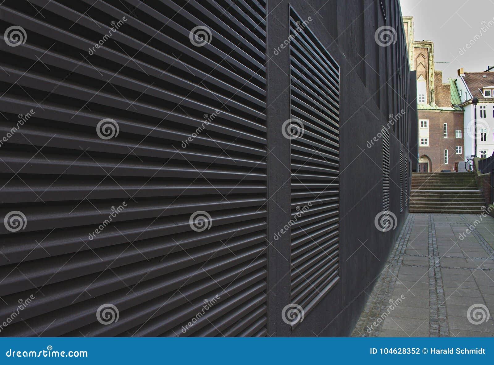 Download Stoep En Zwarte Muur Met Grote Airconditioningsopeningen Die Convergerende Lijnen Vormen Die Naar Verre Stappen Leiden Stock Foto - Afbeelding bestaande uit bremen, geometrisch: 104628352