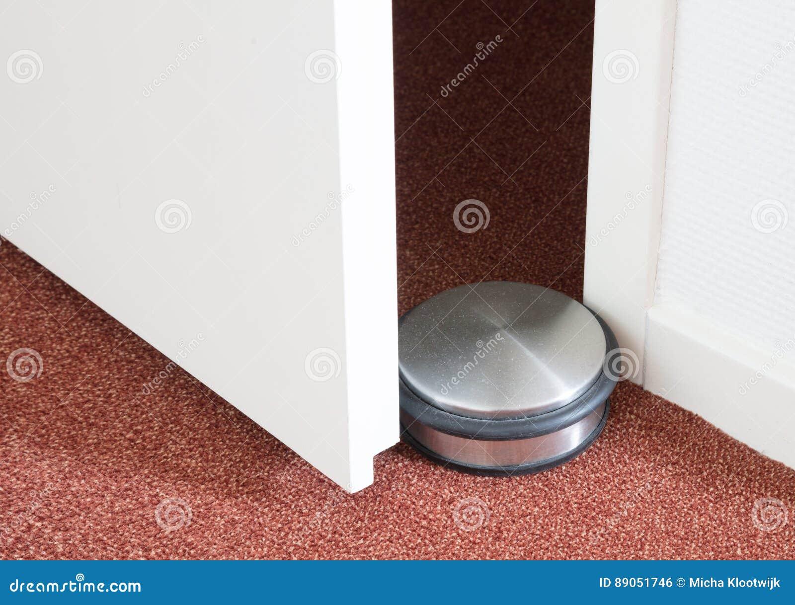 Stoffig deurrubber in een modern huis