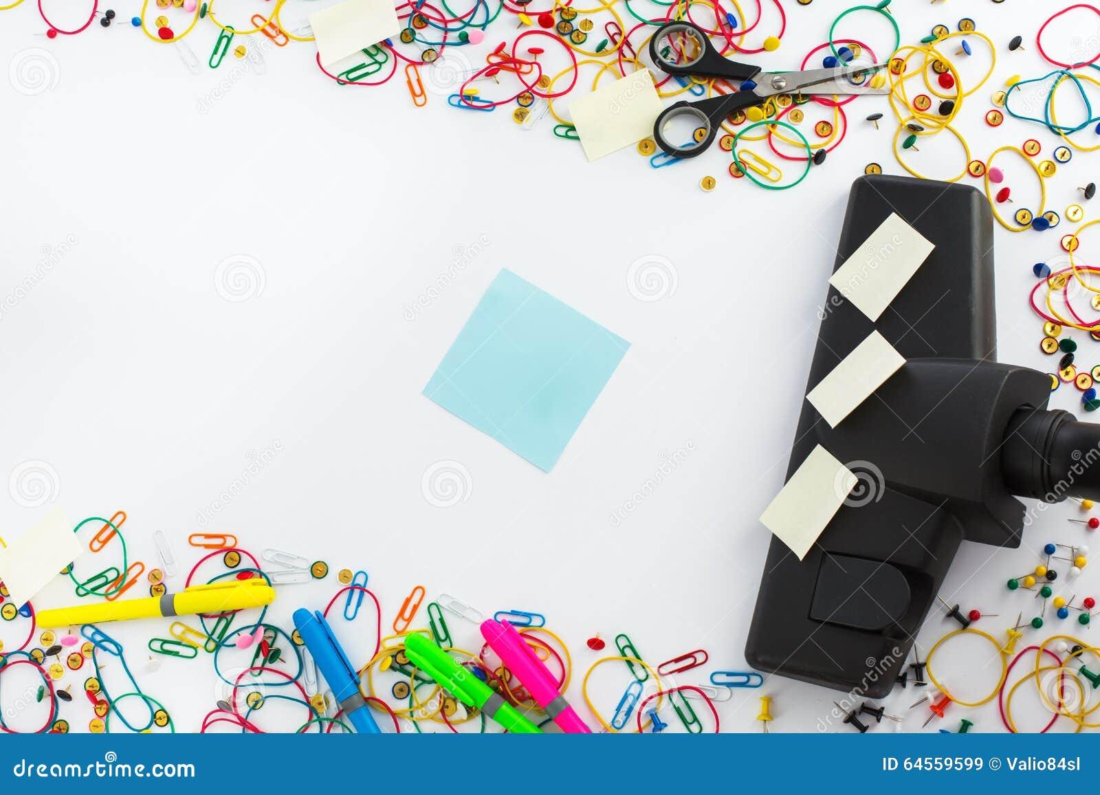 Stofzuiger en copyspace voor tekstbericht Bureau die c schoonmaken