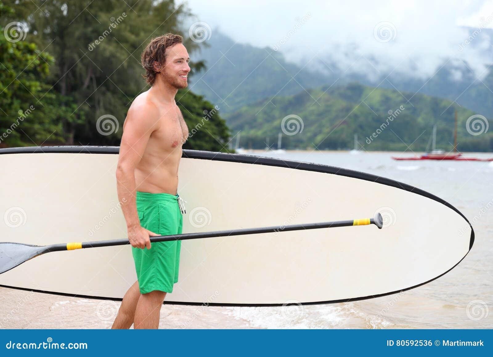 Stoi up paddle deski plaży mężczyzna robi paddleboard