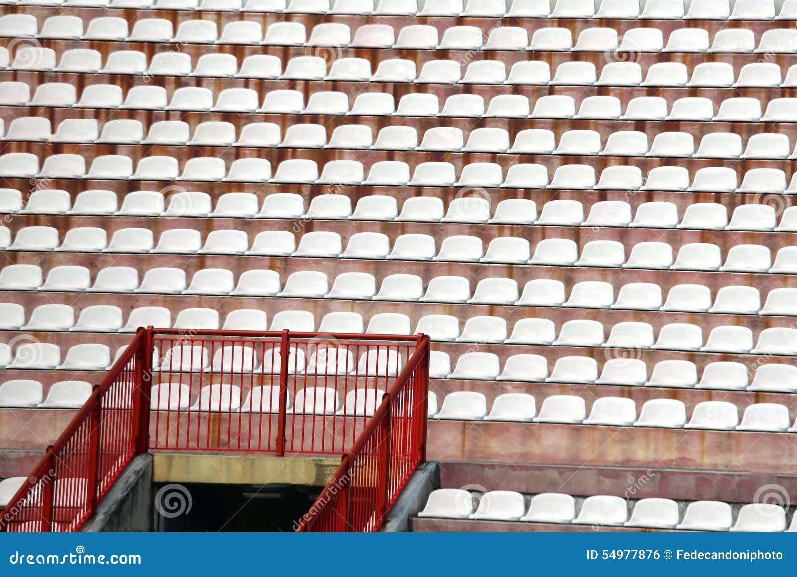 Stolar i stadion av fotboll utan folket