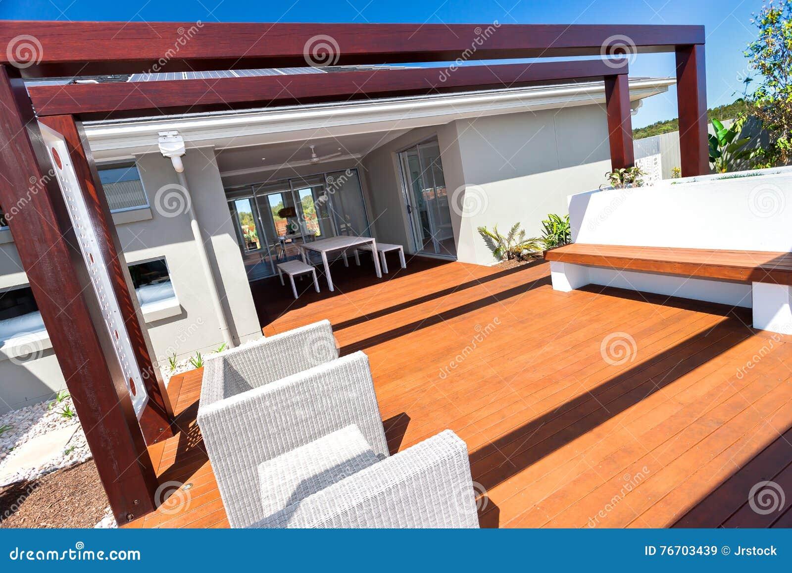Stolar i utomhus- placeringområde under träpelare för mörk brunt