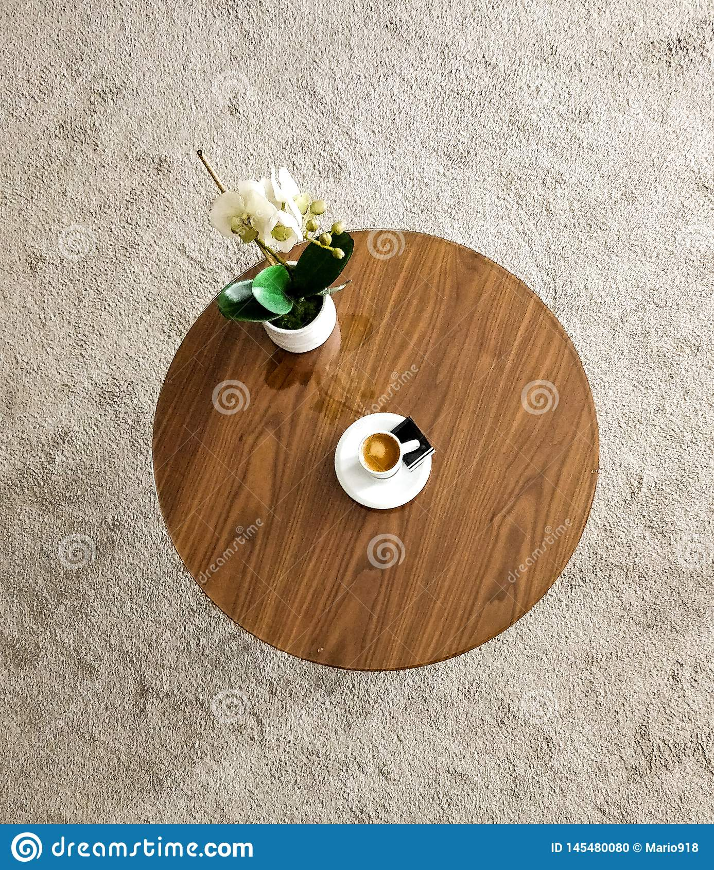 Stolik do kawy z fili?ank? cappuccino ro?lina i kawa Sk?ad lubi samoch?d