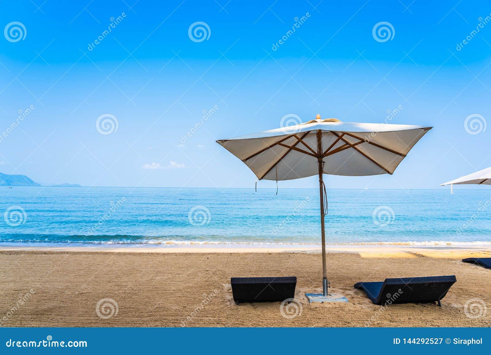 Stolparaply och vardagsrum p? det h?rliga strandhavshavet p? himmel