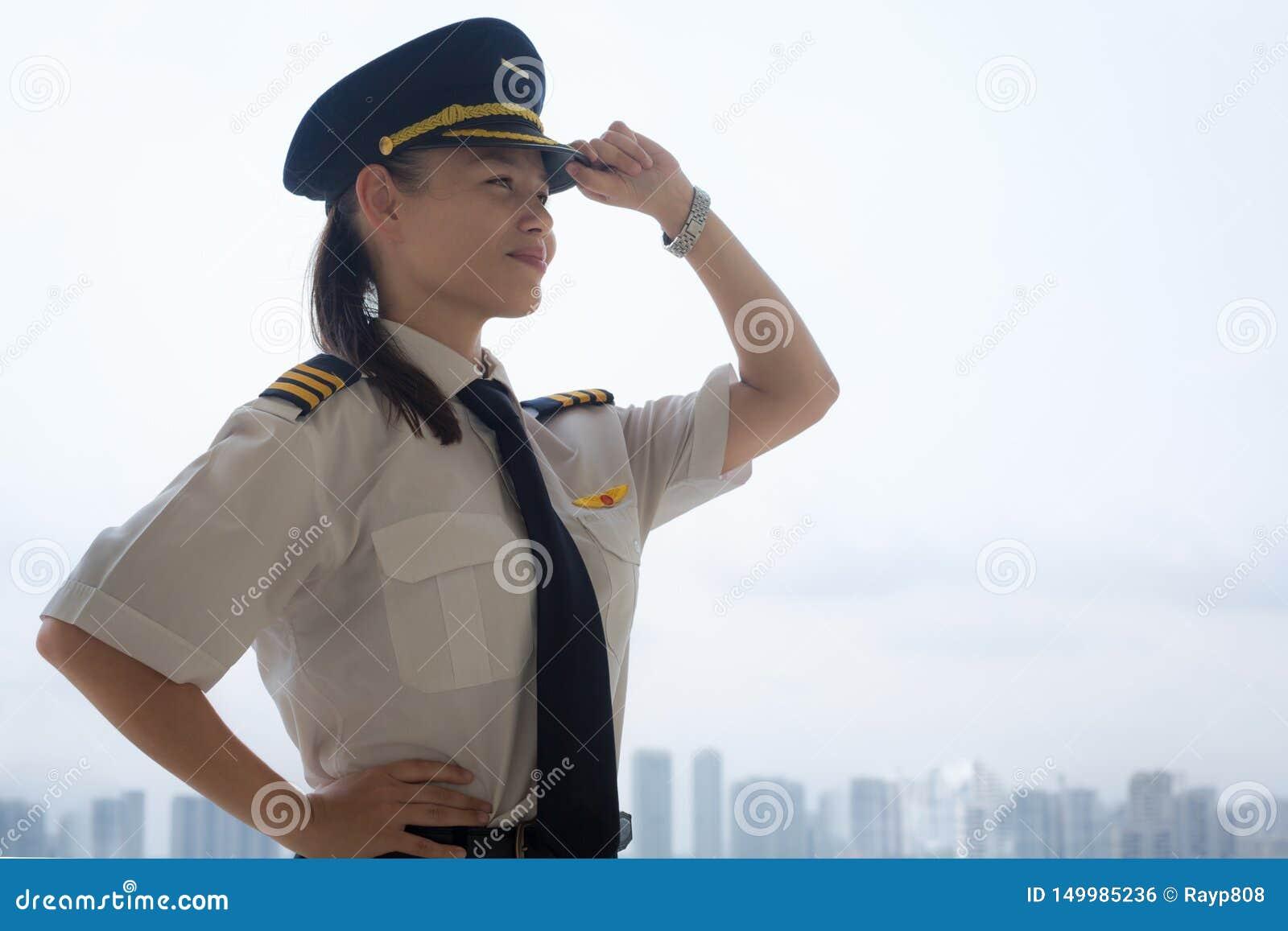 Stolt kvinnlig pilot på flygplatsen