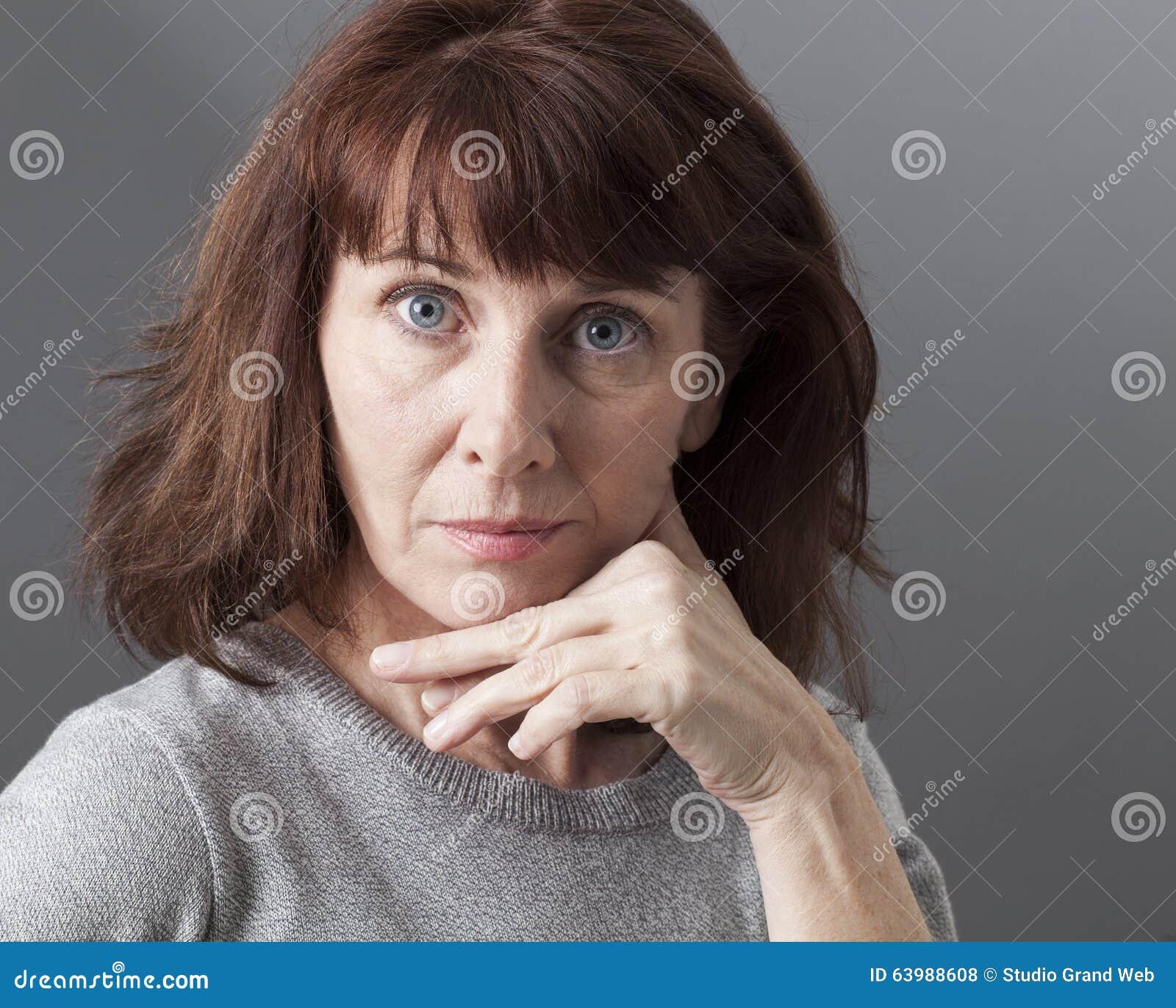 Stolthet och arrogans för förvånad mogen kvinna