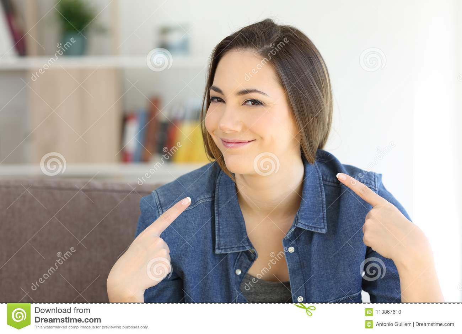 Stolze Frau, Die Sich Zu Hause Zeigt Stockfoto - Bild von