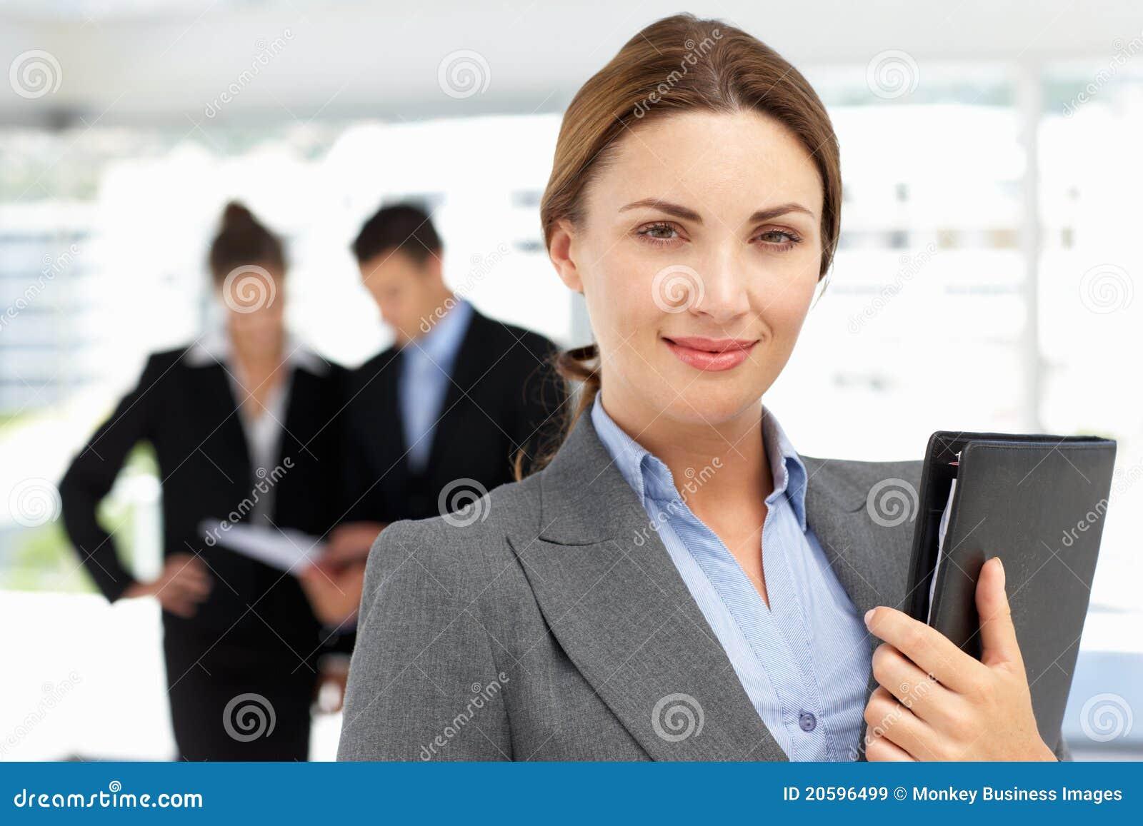 Stolze Geschäftsfrau im Büro