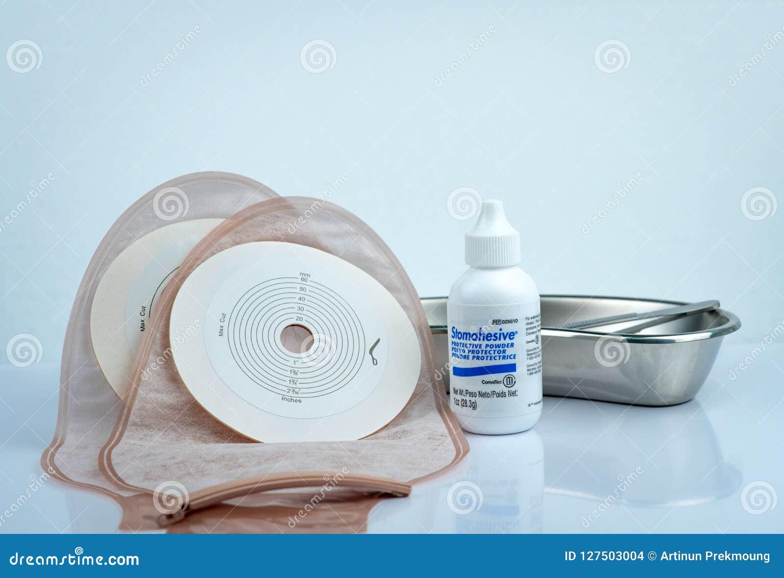 Stomahesive skyddande pulver Stomahesive produkt av Convatec Stomaomsorgprodukter och en drainable ileostomy eller colostomy för