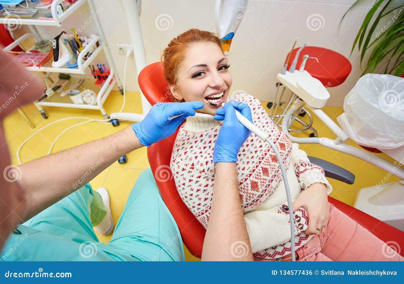 Stomatologiczny biuro, stomatologiczny traktowanie, zdrowia zapobieganie