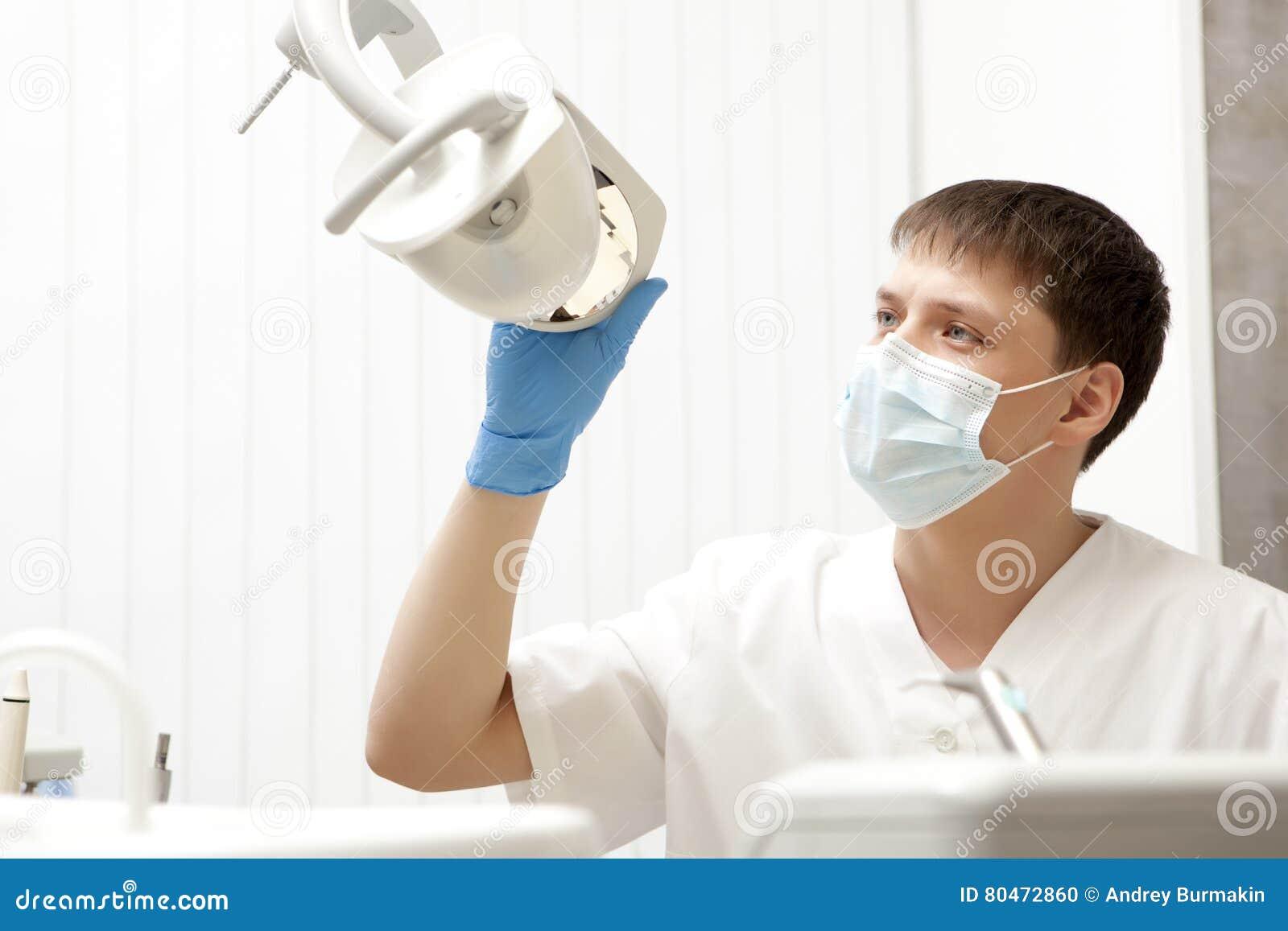 Stomatologybegrepp - lycklig manlig tandläkare på det tand- klinikkontoret