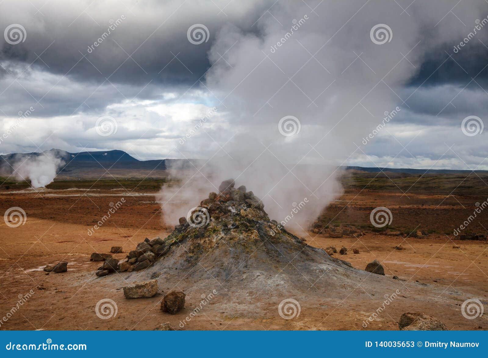 Stomend het geothermische gebied Namafjall Myvatn Noordoostelijk IJsland Scandinavië van Hverir van de moddervulkaan