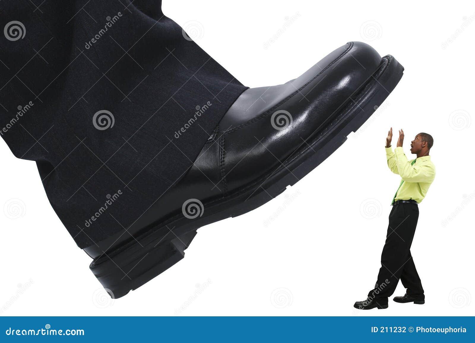 Stomping do piso do pé do homem de negócios para fora a competição