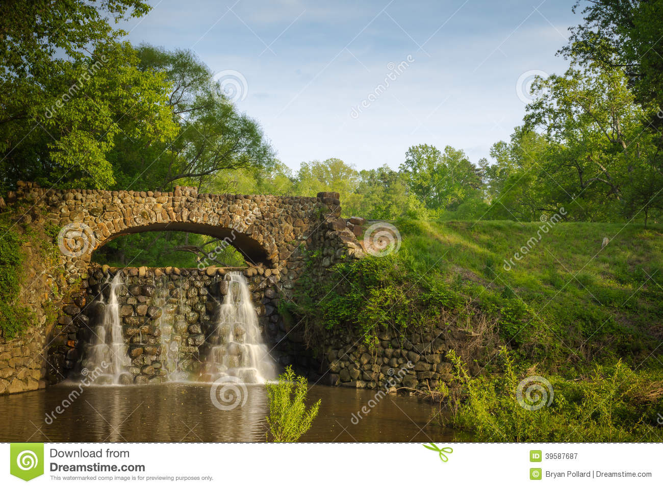 Stone bridge and waterfall in reynolda gardens stock photo for Jardin 3d torrent