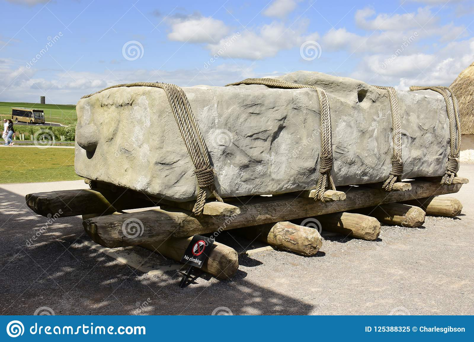 Ingenieria litica. Stone-transporting-method-display-possible-transport-carrying-large-stones-to-henge-site-southern-england-125388325